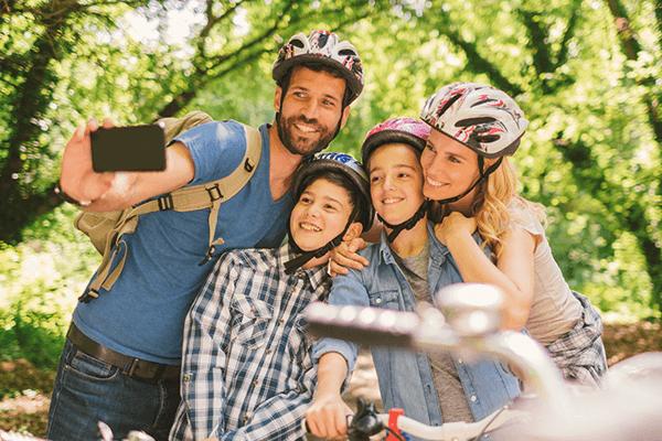 Esta familia ecológica se toma una autofoto