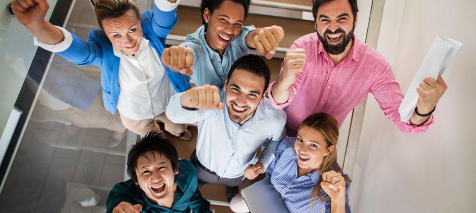 niña con una flor en el cabello levantando los pulgares