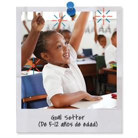 Niña pequeña en la clase que levanta la mano